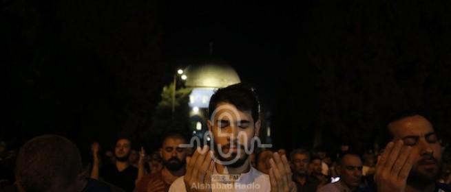 شاهد بالصور: صلاة قيام الليل واعتكاف ليلة القدر بالمسجد الأقصى المبارك