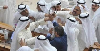 صور.. اشتباك بالأيدي بين نائبين تحت قبة البرلمان الكويتي
