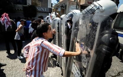 صور.. مسيرات غاضبة جراء وفاة الناشط نزار بنات وأجهزة السلطة تقمع المتظاهرين