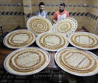 """بائعون فلسطينيون يحضرون الحلويات بمناسبة إعلان نتائج امتحانات الثانوية العامة """"التوجيهي"""" في غزة"""