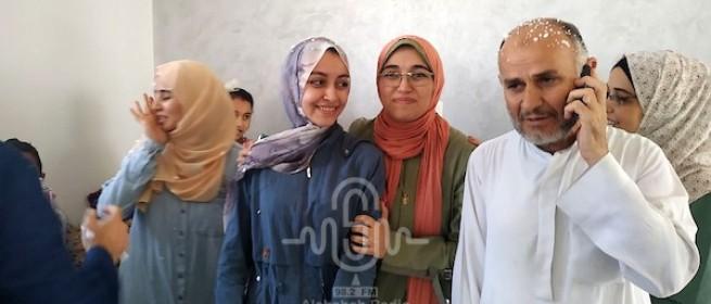 الطالبة ألاء أحمد الحاصلة على 99.7٪ تحتفل مع عائلتها في خان يونس لحصولها على الأول مكرر بالثانوية العامة