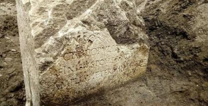 """عمال بناء يعثرون على """"حجر مقدس"""" عمر 2000 عام"""