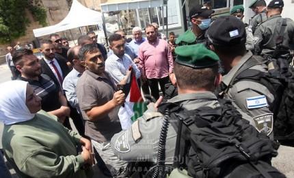 الاحتلال يعتقل مواطناً ويعتدي على آخرين في منطقة باب العامود